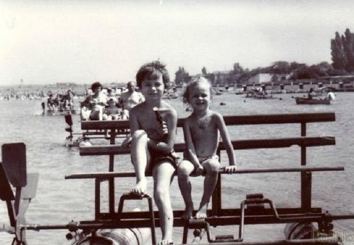 Дети катаются на катамаране.
