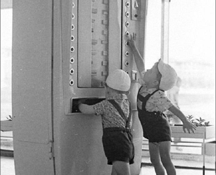 Малыши осваивают новую технику.