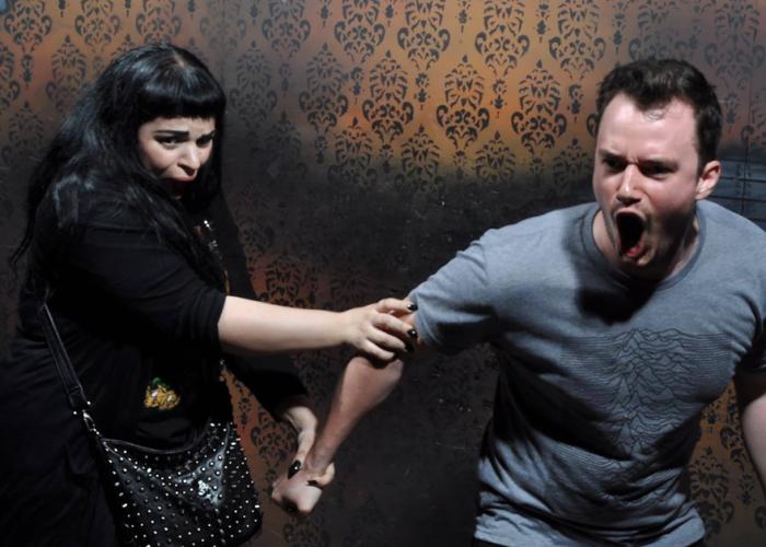 В комнате, где стены внезапно надвигаются на посетителей, не раз были слышны крики ужаса, причем не только женские.