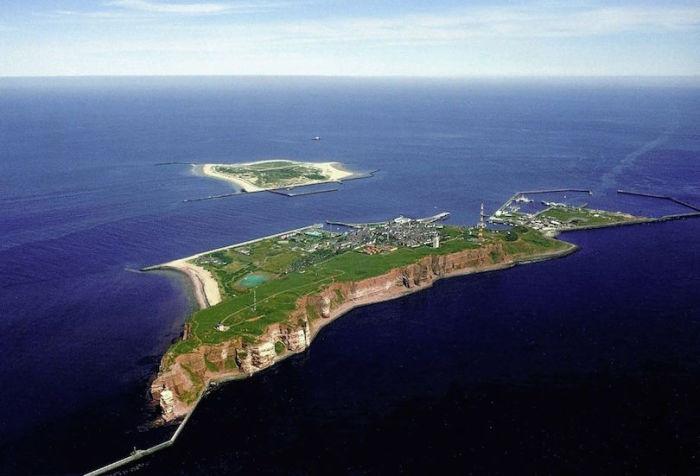 Остров находится в Северном море, принадлежит Германии, известен отсутствием автомобильного движения. Север Германии Север Германии heligoland