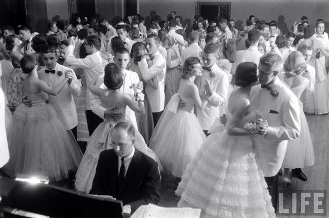 Выпускники танцуют вальс.