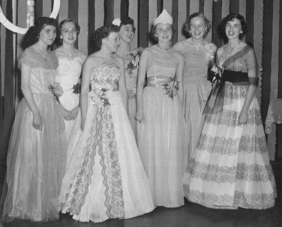 Нарядные платья выпускниц в 40-х годах.
