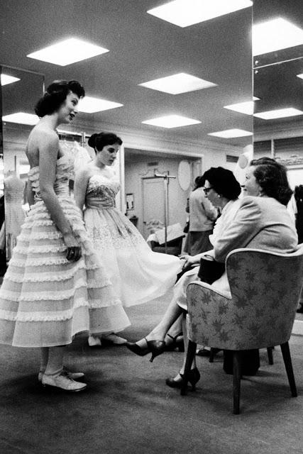 Выпускницы прихорашиваются перед началом бала.