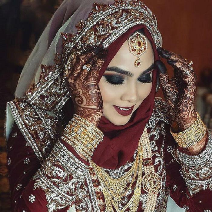 Украшения и яркий макияж дополняют стиль восточного платья.