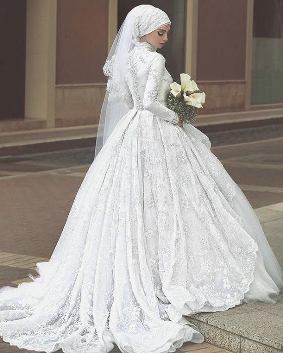 Девушки в хиджабе в свадебных платьях