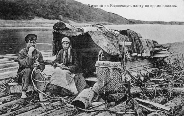 Хижина на плоту во время сплава леса, Волга, 1900-е годы.