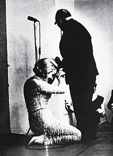 Марлен Дитрих целует руку великого писателя, СССР, 1963 год.