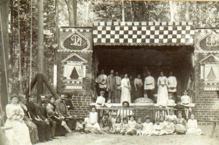 Такие театры были очень популярны в сельской местности, Россия, 1900 год.