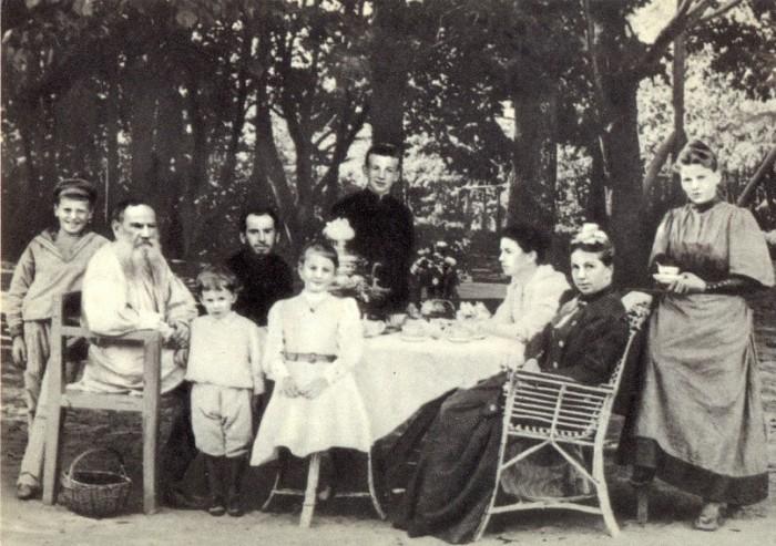Толстой с семьёй за чайным столом в парке.