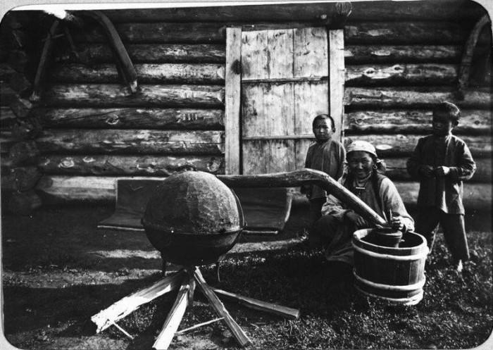 Приготовление молочной водки сибирскими местными жителями. Якутия, конец 19 века.