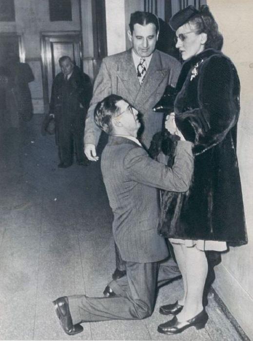 Мужчина просит жену простить его, США, 1948 год.