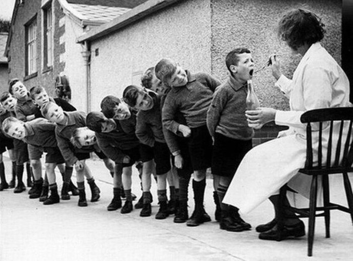 Дети принимают рыбий жир, 1960 год.