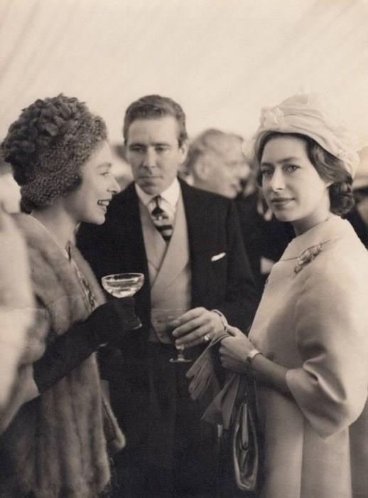 Принцесса Маргарита и Королева Елизавета на прогулке в Великобритании, 50-е года.