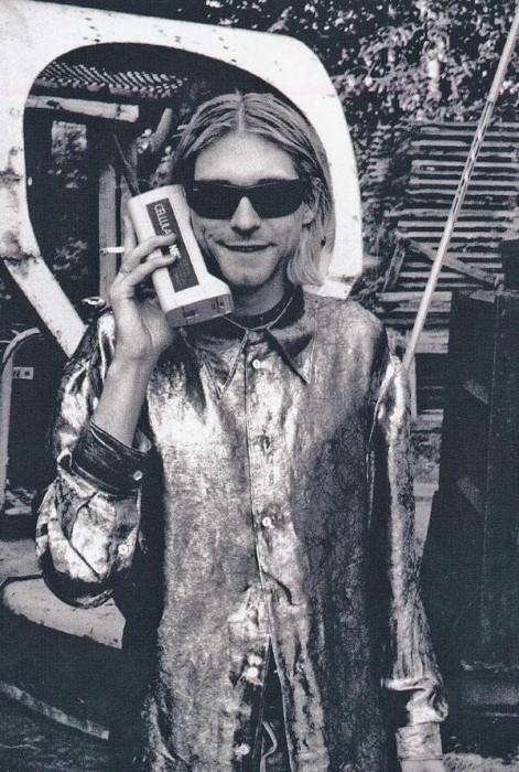 Курт Кобейн говорит по мобилке, США, 80-е годы.