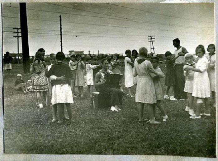 Танцы на траве под баян, 30-е годы, СССР.