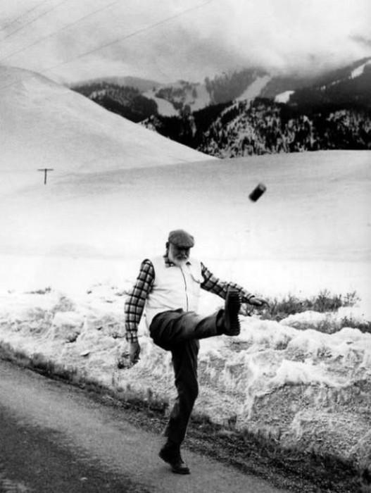 Эрнест Хемингуэй играет в футбол банкой из под пива, 1959 год, США.