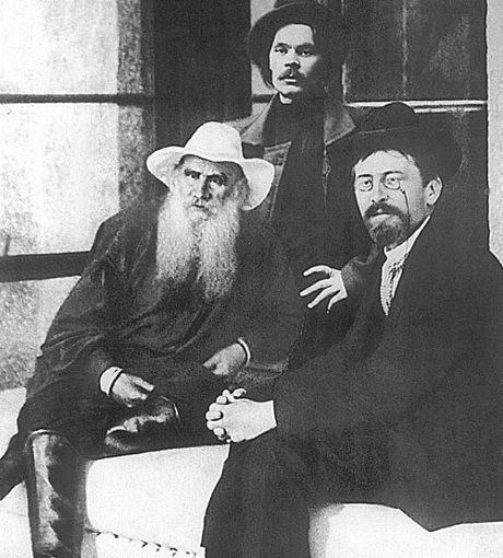 Толстой и с коллегами по писательскому цеху.
