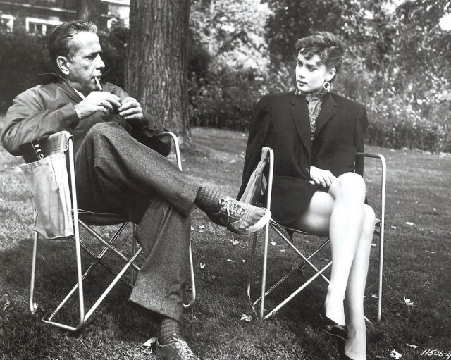 Разговор между актёрами на на съёмках «Сабрины», 1954 год.