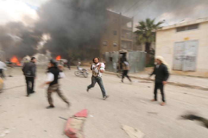 Местные жители спасаются от смерти. Автор фотографии: Аммар Абдулла, Сирия, г. Идлиб.