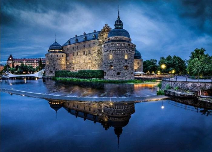Замок, расположенный на маленьком острове прямо посреди реки.