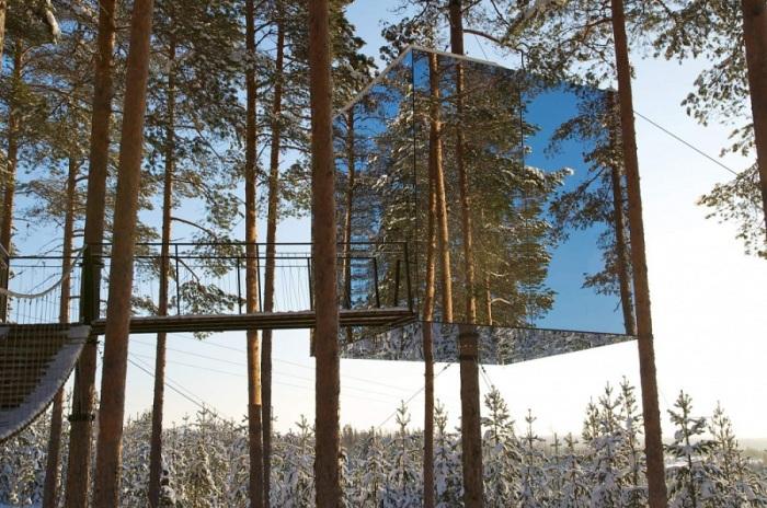 Строение буквально «сливается» с окружающей средой и это позволяет туристам полностью «раствориться» в атмосфере лесной тишины и безмятежности. Подняться к кубу можно только по короткому мостику.