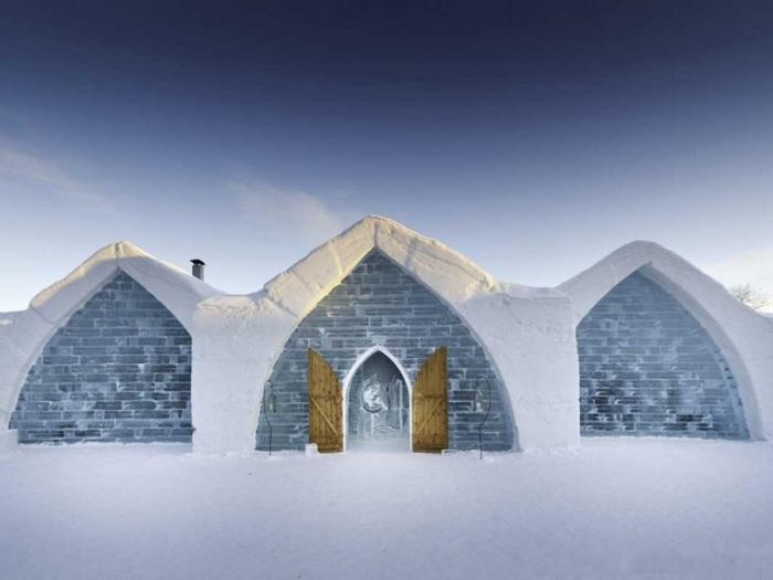 Можно поехать на экскурсию в ледяной отель в Лапландии.