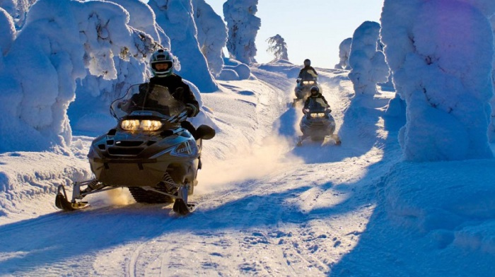 Можно отправиться на снежное сафари на снегоходах.