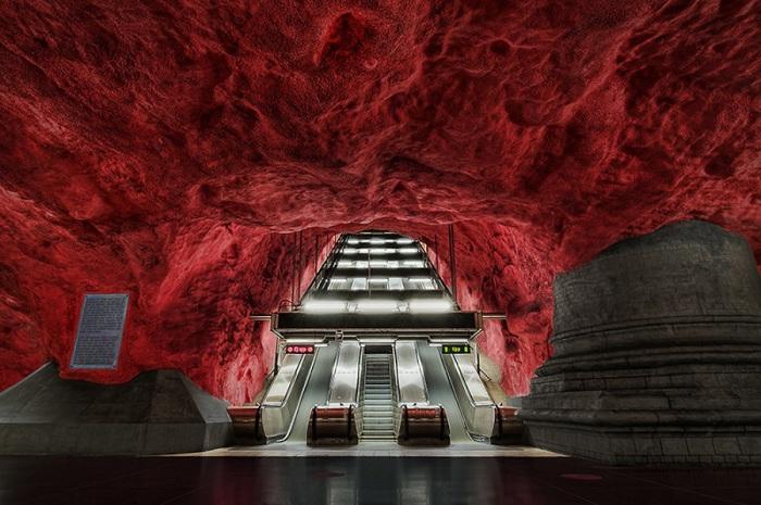Одно из самых красивых и необычных в мире метро.