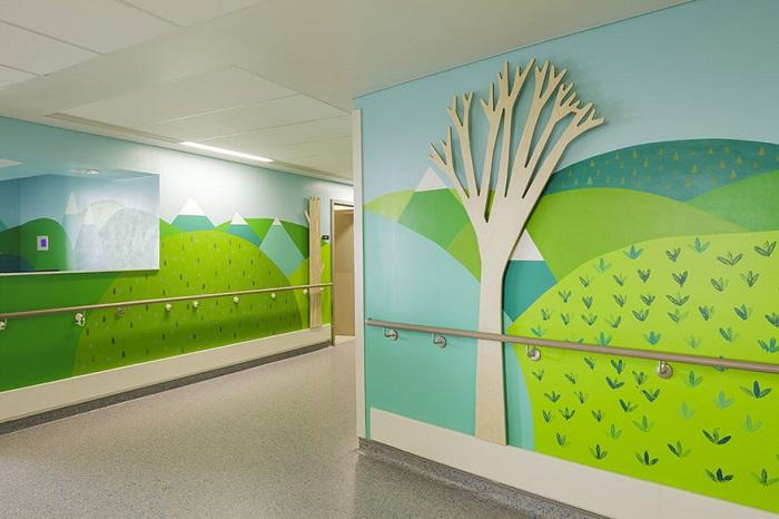 Отделение гематологии. Эти стены помогали украшать дети.
