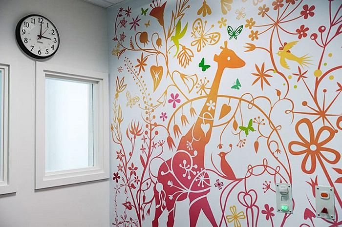 Красочные стены в палате интенсивной терапии.
