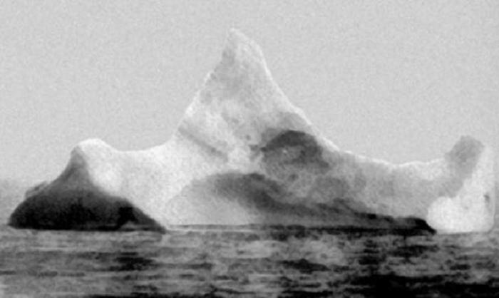 15 Апреля 1912 в Атлантическом океане после столкновения с айсбергом затонул «Титаник».