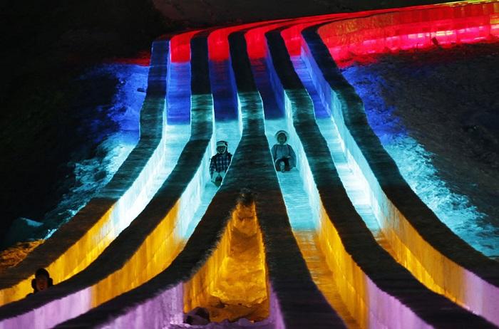 Катание на горках в день открытия 31-го международного фестиваля.
