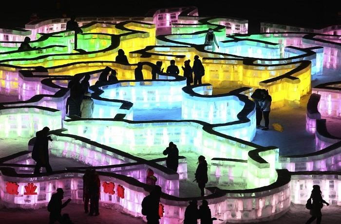 Лабиринт, построенный из ледяных блоков и подсвеченный разноцветными огнями.