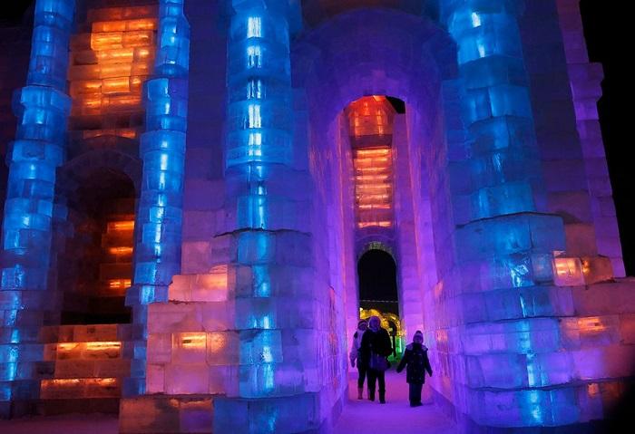 Светящийся ледяной дворец.