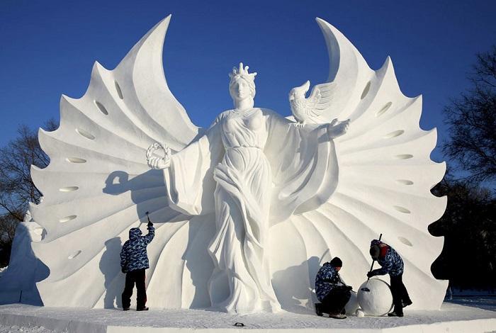 Огромная снежная скульптура.