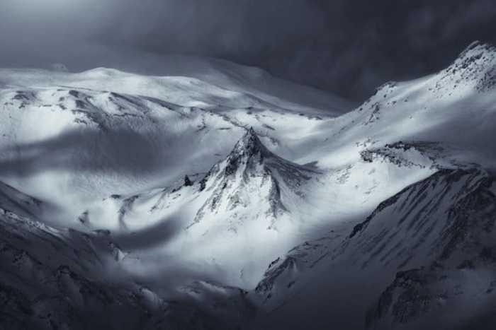 Заснеженные горные вершины манят своей белизной.