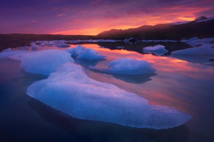 Молчаливые льдинки самой причудливой формы плывут по зеркальной глади озера.