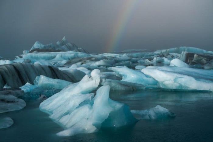 Радуга в плену у льда.