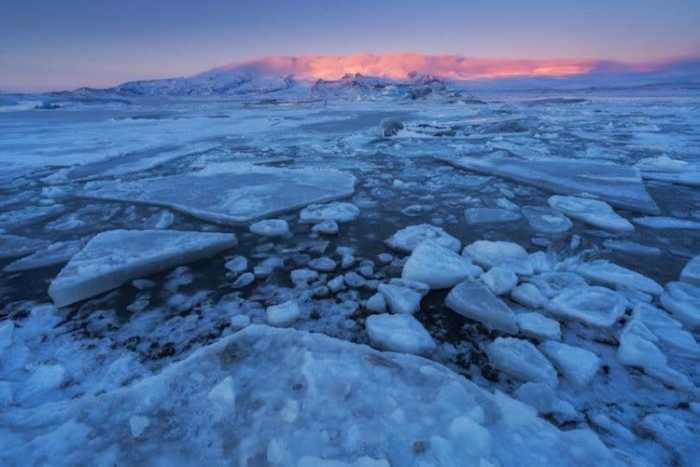 Глыбы льда плавают по лагуне, как настоящие айсберги.