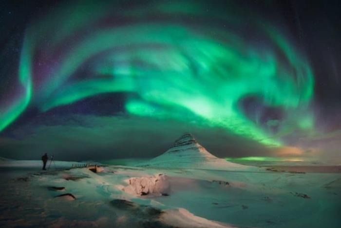 Яркое свечение танцует в огненном танце, переливаясь разноцветными огнями.