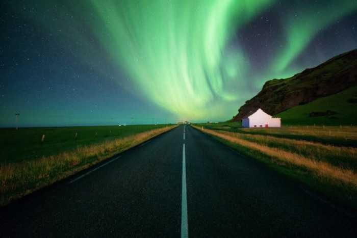 Волшебное световое шоу прямо в небе.