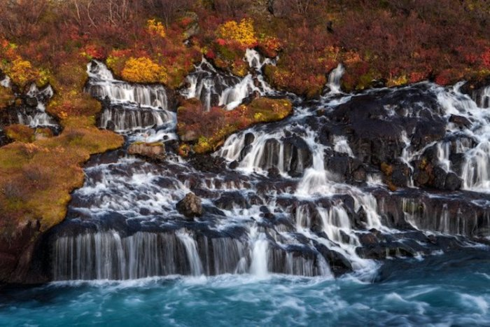 Многочисленные небольшие водопады пробиваются прямо из пористой породы.