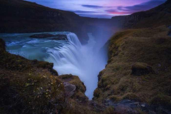Не высокий, но очень красивый водопад с бирюзовой водой, который с обеих сторон защищен скалами.