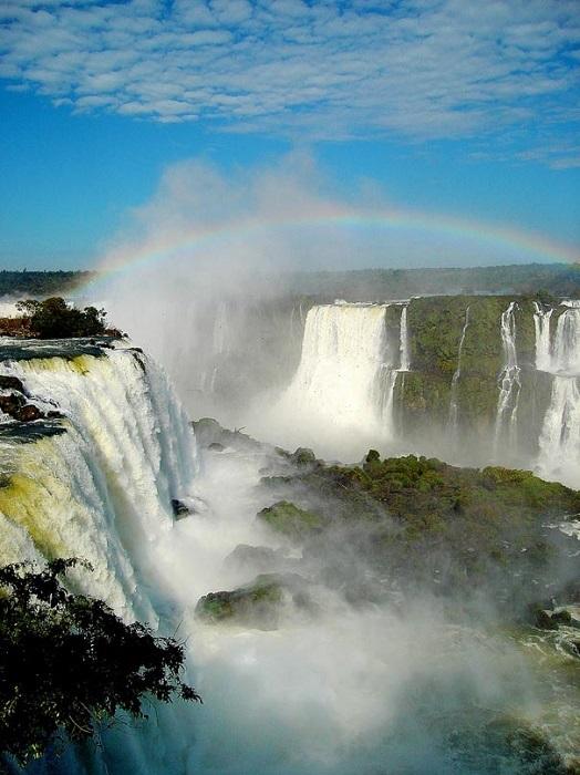 Водопад Игуасу, находится на границе Аргентины и Бразилии.