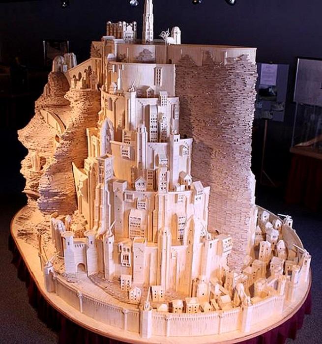 Большой город, высеченный в горе, столица Гондора.