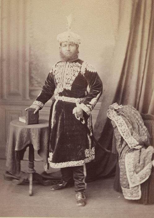 Сабля, которую мужчины носили как аксессуар, подчеркивала высокий статус.