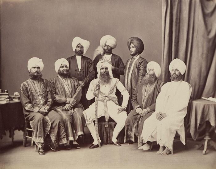 Групповое фото местной знати и почетных гостей королевского двора.