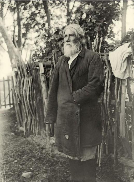 Пожилой мужчина с белесой бородой является известным ижорским рунопевецем.