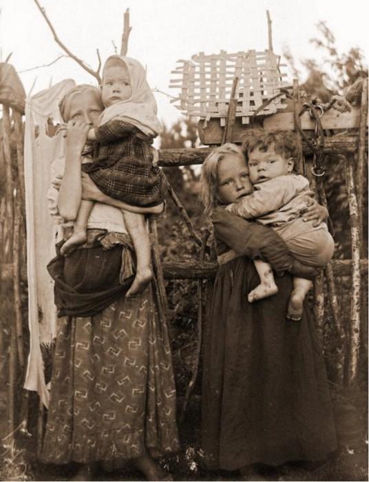 Младшие дети на попечении старших сестер. Гарколово.