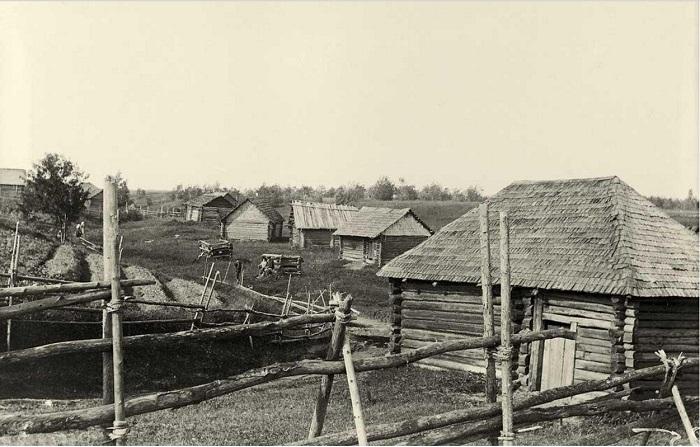 Деревенские бани расположенные вдоль поля.